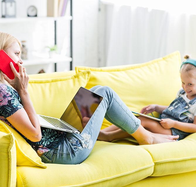 मां और बेटी Nordisk टीवी बॉक्स का उपयोग